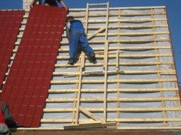 Как покрывают крышу металлочерепицей
